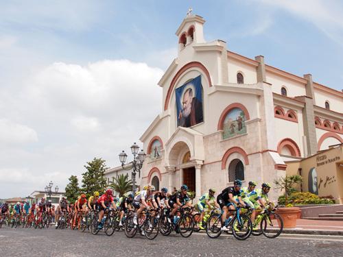 Il Giro d'Italia nel paese di Padre Pio
