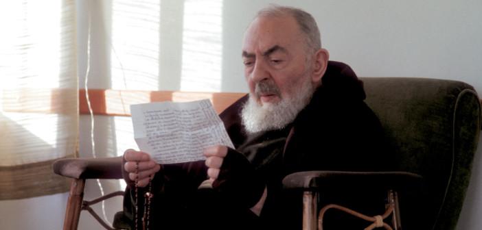 Padre Pio legge una lettera di un figlio spirituale
