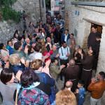Un momento di preghiera davanti la casa natale di P. Pio