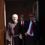 Fr Giuseppe D'Onofrio col personale della stazione di Pietrelcina