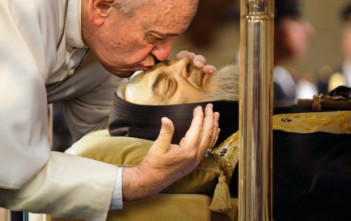 Papa_Francesco_bacia_salma_di_Padre_Pio